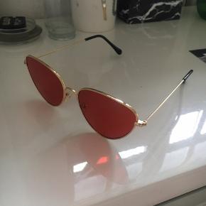 Fede solbriller med rødt glas og guldramme. Købt for lige over 200 kr, men de er aldrig brugt.  Bud er altid velkomne:)