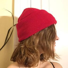 Lækker rød hue købt på udsalg i en butik jeg ikk kan huske på Istedgade. Ikke brugt andet end et par gange en vinter. I god stand
