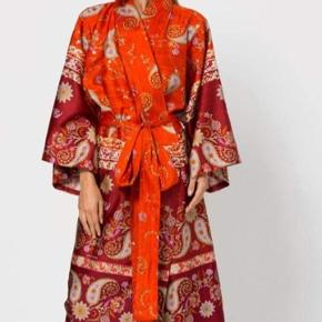 Den smukkeste kimono fra Bassetti i 100 % utrolig luksuriøs bomuld. Den er simpelthen så lækker og pæn og sidder flot pga. bæltet. Det er en størrelse small, men pga. beltet vil jeg vurdere, at den kan passes af alle størrelser mellem small (evt. en ikke alt for lav xsmall) til xlarge. #trendsalesfund  Den perfekte julegaveidé til din mor, svigermor, søster, kæreste - eller dig selv.