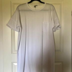 Hvid t-shirt-kjole fra Asos. Er kun brugt én gang, og fremstår derfor som ny!