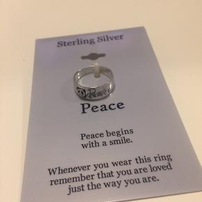 """Sterling Sølv ring  Købt i Macys i USA  Aldrig brugt, ligget i en skuffe siden køb  Peacetegn og """"peace"""" inskription m. skyggeeffekt   Strl. 8 // 51-52  Sender med postnord for 10 kr.  Alle varer under 500 kr.: køb 3, få den billigste gratis!"""