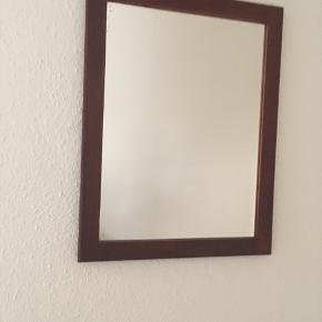 Flot lille retro klassiskspejl i teaktræ sælges. Måler 34 x 44 cm. Se også mine andre mine andre spændende annoncer.