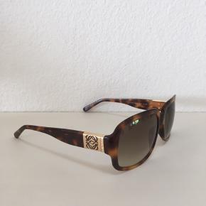 Loewe solbriller i fin stand.