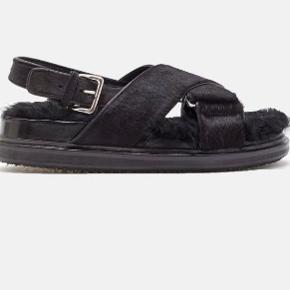 Overvejer at sælge mine Marni Fussbett pels sandaler   Ægte pels både på og i sandalen   Tjek min vintage shop ud @lillehjerte_vintage ❤️