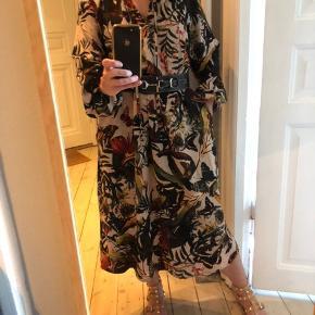 Fantastisk smuk og let kjole med vidde. Det er en str 36 man passes fint af 38 også. Den er af polyester men ligner mest viskose. Til info er jeg standard str 38.