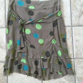 Flot silke nederdel med lynlås i ryggen og bindebånd - næsten som ny!  Talje 2x 42 cm Længde: 57 cm  Mønstret silke-nederdel Farve: multi