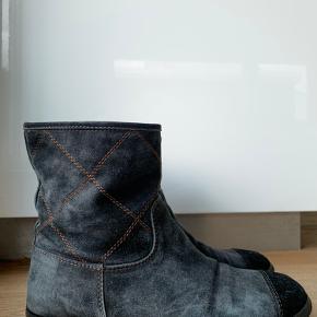 De sejeste Chanel støvletter i en størrelse 38, de er brugt i en periode, men er stadig i rigtig god stand. De er købt i en luxury secondhand butik, derfor følger der dsv. Ikke dustbag, æske eller kvittering med, men der garanteres 100% for ægthed💗