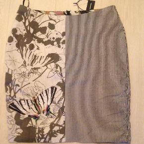 Varetype: Pencil Farve: Multi   Smuk og sjov nederdel med det fineste foer i.