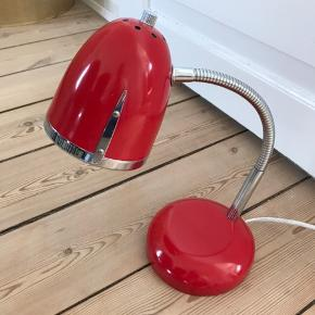 Flot skrivebordslampe/bordlampe i rød. Står som ny.   Kan hentes i Sønderborg.