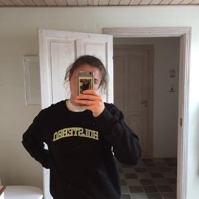 """Costume broderet sweater fra TEE.TAT.TOO med teksten """"Holstebro"""""""
