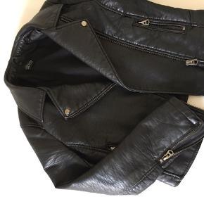 Velholdt sort læder jakke i imiteret læder