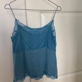 Smuk top i 100 % silke. Den er virkelig fin, og sælger kun, fordi den ikke klæder mig. Aldrig brugt. Købt på udsalg for 229 kr., og sælger for 200 kr.