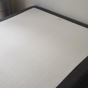 140×200×25 cm Ilva's mørkegrå boksmadras (fast affjedring) af den bedste kvalitet med Bonell/5-zonet Pocket fjedre, metalben 22 cm og tyk bedste latex topmadras med aftagelig vaskbare 60° betræk.  Sengen er knap 2 år gammel, men står som ny, fordi alt i alt har kun været brugt et halvt års tid.  Sælges grundet flytning. OBS! Der er plads under sengen til opbevarinsbokser. Sengen er fra røgfri hjem. Købspris - boksmadras plus topmadras 13.500 kr. Hentes i København SV (stueetage).