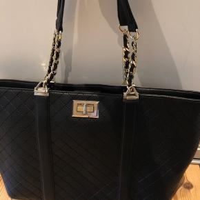 Virkelig flot Karl Lagerfeld taske.   Ingen tegn på slid eller brug, hverken udenpå eller indeni.   Fejlkøb som jeg aldrig rigtig har brugt