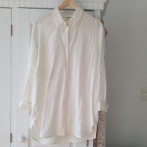 Weekday lang skjorte - str. SMALL. Kan også passes af en M. BYD! Hentes på Vesterbro.