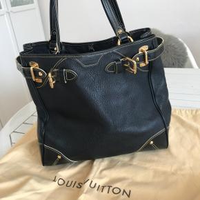 """Louis Vuitton Suhali. Kollektionen er fra 2008 og der er ikke lavet ret mange eksemplarer af de forskellige tasker fra denne kollektion. Tasken er købt i 2008. Den er brugt en del, men er stadig fuldstændig fantastisk, dette skyldes det meget slidstærke Suhali gede læder, som tasken er lavet i.   Den er desværre i stykker i foret, derud over har den nogle kosmetiske skavanker, lidt ridser hist og her. Den har vært pakket ned det sidste års tid, og dette har resulteret i, at tasken har fået et """"knæk"""" i læderet. Dette tænker jeg retter sig ud igen, når den er blevet brugt lidt. Men det er intet der ses, når tasken er i brug.   Tasken kostede i 2008 $3.500 = 25.000 kr.  Skriv endelig for flere billeder eller hvis I har nogle spørgsmål.  KUN SERIØSE HENDVENDELSER!"""