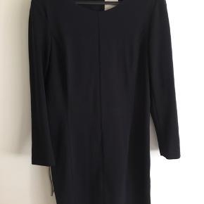 Lækker, blød kjole! Brugt få gange og kun meget, meget lidt fnuller bagpå (sidste billede). Der er stræk i stoffet så kan passes af en str. 38-40/M-L