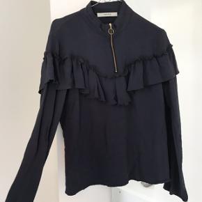 Mørkeblå skjorte med sød flæse fra Gestuz sælges. Kom gerne med bud.