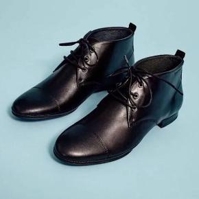 Sort ankelstøvle i læder fra Ten Points. Helt nye og stadig i æske. Det er str. 38 men de er en smule store i størrelsen. En meget behagelig og flot støvle. Nypris 1195 kr. Prisen er incl fragt.