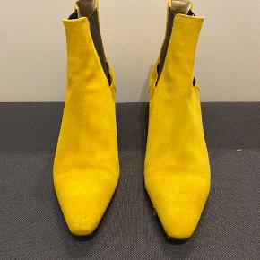 Ruskind støvler fra zara fra 38, hæl højde 5 cm som er en behagelig hverdags højde ☺️