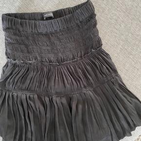 Isabel markant nederdel i sort satin/silke!   Super fin og meget eftertragtet!   Str. 36