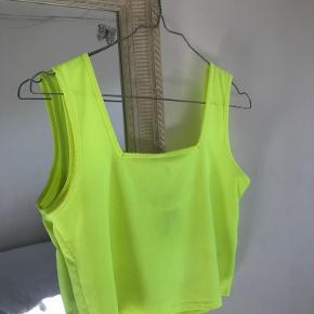 Materiale:  91% polyester  9% elastik   Neon gul top med firkant udskæring både foran og bagpå.  Skriv endelig for flere detaljer og/eller flere billeder :)