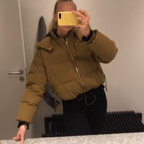 Mega fed jakke fra Gestuz. Str S, den er lidt cropped, så man kan både passe den som xs-m. Den er rust farvet/brun Aldrig brugt, helt ny, mærket er bare pillet af. BYD
