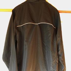 Jakke, NY Sports jakke med prismærke, Game by ID, str. XL Ny sort sport jakke med prismærke Sved absorberende med ventilations net i ryg 2 lynlåslukkede lommer 2 net inderlommer Snørre nederst på jakken Overvidde 126 cm. Længde 72 cm. + 4 cm længere i bag Nypris 328,00 kr. Jakken er flot sort, billedfarven er desværre ikke god Porto som forsikret pakke uden omdeling  , fremme på 2-4 dage Har mobil pay