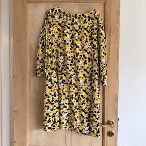Fin A-kjole fra H&M Havde oprindeligt et bælte som ny mangler, men kan sagtens bruges uden. Str. 42