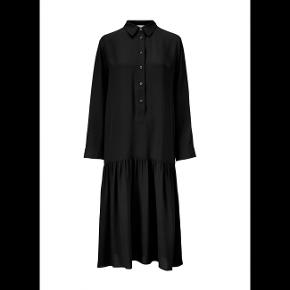 Bytter ikke!  Prisen er eksklusiv pakkeporto. Smuk kjole fra Kokoon str. M kjolen er stolpelukning med skjorte krave. Der er lommer i siden. 100% Silke. Bruger ikke parfume. Størrelsesguide str. M: Bryst mål 90 - 92 cm Hofte mål 100 cm. Længde fra nakken og ned 127 cm Omfang rundt forneden 198 cm. Jeg har kun haft kjolen på en enkelt gang, til en foto optagelse, så kjolen fremstår som ny. Kjolen er ikke vasket.  Ingen bon.  Kommer fra et ikke ryger hjem. Hænger i dragtpose. Købspris kr. 2.750,-