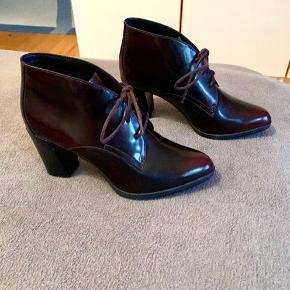 Aldrig brugt Farven er bordeaux-brun og hælen måler 8 cm. 🌷 #secondchancesummer