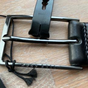 Nyt læderbælte  Sort Str. 34, fås også i str. 36 (buksestørrelse) Logo på spændet, meget klassisk