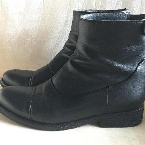 Varetype: Støvler Farve: Sort Oprindelig købspris: 1599 kr. Prisen angivet er inklusiv forsendelse.  Super flotte støvler fra Billi bi, brugt een sæson - passet og plejet.