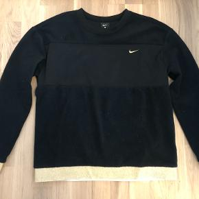 NikeGlam Dunk Therma Fleece CrewSort/Guld i størrelse Small.   Den har været prøvet på, men aldrig brugt.   Kom gerne med et bud! :D  Tjek gerne mine andre annoncer :D