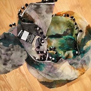 Smukkeste unika støttetørklædet fra Limited Edition fra Munthe plus Simonsen. Nypris 2500,- bud fra 1500,- Se også mine andre varer🌸 Mængderabat gives.