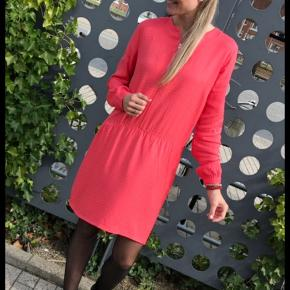 Meget anvendelig kjole i super flot farve - jeg har den også til salg i sort.