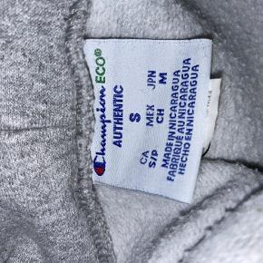 Sælger en Champion Hoodie. Den er brugt omkring 10 gange, og er derfor ikke særligt slidt. Den fitter en oversized s. Skriv for flere billeder eller spørgsmål:) røgfrit hjem  Er åben for bud