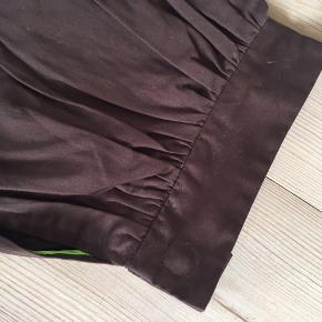 Lækre bMB-bukser i et lidt anderledes snit, idet de har en del vidde i benene og så knappes forneden. Går mig til anklen - de måler 65 cm fra skridt og ned.