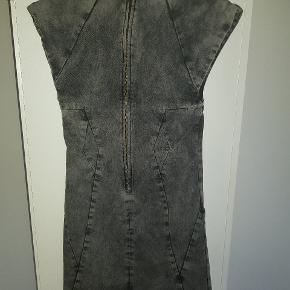 Super fed Gestuz kjole i grå/sort denim. Ingen brugsspor. Sælges kun da den er en tand for kort til mig - jeg er 180 cm høj.