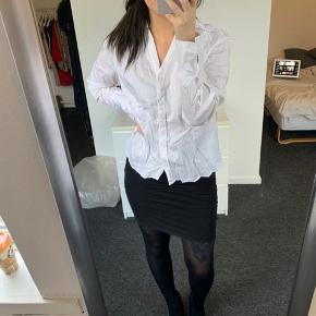 ||| OBS ||| INTET OVER 150kr NETOP NU  Hvid oversize skjorte fra H&M i str. 42. Ingen brugstegn, trænger bare til en strygning.