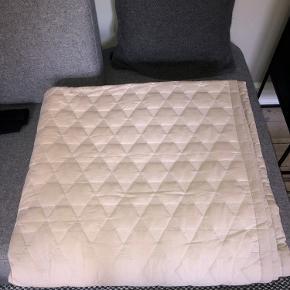 Hay Polygon sengetæppe i den store model. 260 x 260 cm. To forskellige nuancer ad lysegrå/beige.