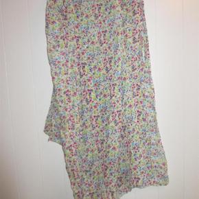 Lækkert tørklæde i fine farver - ren, tynd bomuld. Nogle af farverne er neon-agtige - det er stadig hot :). Kun brugt og vasket en enkelt gang.  Lækkert - med neon-indslag Farve: Se foto