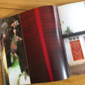 Helt skøn bog om chokolade.  RÅ CHOKOLADE - REN PASSION Raw Chocolate - Naked Passion  160 sider fyldt med de smukkeste billeder og tekst på dansk og engelsk, hvor man dykker ned i chokoladens historie og fremstilling. Enkelte dejlige, dejlige opskrifter.  En rigtig coffeetable bog. Mål: ca. 25 x 27 cm.  Har aldrig været brugt. Er stadig indpakket i original plastik  Nypris 249 kr.  Sælges for kun 80 kr. + evt. porto.  Kan afhentes på Frederiksberg.