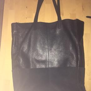 Mimic Copenhagen taske i læder og ruskind. Hul i foret inde i tasken og en lille åbning som skal syes på siden af tasken. God plads til både bøger og computer.