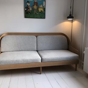 Prototype af MENUs Septembre-model, dvs. denne sofa er one of a kind. Købt for et par år siden gennem et familiemedlem der arbejder ved MENU. Fantastisk flot, minimalistisk og ikke mindst unik sofa uden brugsspor.  Sofaen måler H95 x B200 x D85.  Designed by Theresa Arns, the Septembre series solves an age-old conundrum of sofa design: while fully-upholstered sofas are comfortable, they often look boxy and inelegant. More structured sofas are aesthetically pleasing yet are seldom made for relaxation. The Septembre Sofa harmonises elements of each style.  The bent wood arms and backrest give structure, while inviting seating cushions provide maximum comfort. A sofa of beautiful proportions, Septembre's stately yet intimate aesthetic gives it a contemporary feel. The sofa, with its high backrest, looks as good behind as the front – ideal for standing freely in a room, creating a separate, enclosed area.  Vejledende pris på denne sofa kan naturligvis ikke angives, da det er en unik prototype, men er for den endelige producerede version kr. 29.995,-  (https://moodings.com/products/septembre-sofa-black-ash-light-grey)  Sofaen befinder sig på 4. sal i København S, hvor den som udgangspunkt skal afhentes. Sofaen kan dog mod forudbetaling samt et gebyr leveres i Hovedstadsområdet.