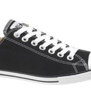 Varetype: Slim Low Sneakers - All Star Farve: Sort  Kun prøvet indenfor, men de passer desværre ikke. Den ene snude er blevet lidt beskidt. Der er stadig tag på.  BYTTER IKKE  Generelt: Hvis I ønsker mine ting sendt som forsikret pakke og/eller i boblekuvert/æske, så oplys venligst dette, så det kan lægges oveni prisen.