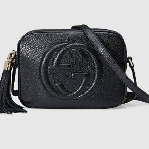 """Gucci Soho Disco Bag Black Leather Klassisk sort Gucci taske.  Brugt få gange, ingen tydelig slid på læderet, men lidt små ridser på guldet på """"tassel"""".  Der er et stort rum med en lille lomme i hver side. Mål: 21 cm bred, 15 cm høj, 7 cm dyb.  Den har altid ligget i dustbag med papir i, så den holder formen.  Jeg gav 5.872,70kr i januar 2017 og nu koster den €980 = 7.293kr  Kvittering og dustbag medfølger.  Sælges kun til det rigtige bud, ellers vil jeg hellere selv beholde den.  Køber betaler fragt og evt. TS-gebyr.  BYTTER IKKE"""