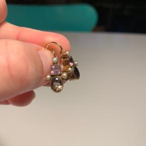 """Fine øreringe fra Carré med ametyst og røgtopas. Øreringene er lavet i sølv og forgyldt. Jeg har selv fået dem forgyldt med en tyk 24 karats forgyldning siden jeg købte dem og derfor er standen """"næsten som ny"""". De er dog heller ikke brugt særlig mange gange :-)"""
