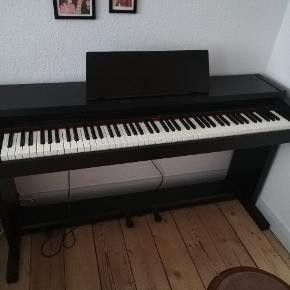 HP1300e Roland digital piano. Spiller som det skal. Har en lille skade på nodeholderen (se billede 4).