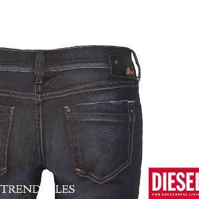 Varetype: Nye jeans Størrelse: 26/32 Farve: se Oprindelig købspris: 1099 kr.  Nye Diesel bukser. Str 26/32.  Tætsiddende pasform med en smule bootcut. Aldrig brugt. kun skyllet op pga overskudsfarve. Ny pris 1200